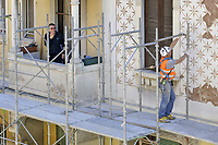 - Operai edili sul ponteggio per la ristrutturazione di un palazzo<br />