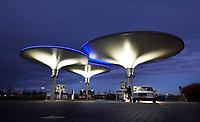 Nederland - Zaanstad - 2020. Tankstation NXT op bedrijventerrein HoogTij in Westzaan. Dit tankstation werkt met een nieuw brandstoffen concept en is daardoor een tankstation van de toekomst. NXT HoogTij biedt namelijk ook duurzamere alternatieven voor benzine en diesel aan; GTL en E10. GTL is een brandstof gemaakt van aardgas en is biologisch afbreekbaar. E10 is benzine waar 10 procent bio-ethanol aan is toegevoegd. In de loop van 2020 wordt NXT uitgebreid met waterstof. Daarnaast heeft het tankstation zelf ook duurzame maatregelen genomen. Met zonnepanelen op de bovenkant van de kelken voorziet het tankstation in de eigen energiebehoefte. Op deze manier is er minder CO2 uitstoot. Foto ANP / HH / Berlinda van Dam