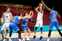 03-04-2021: Basketbal: Donar Groningen v Heroes Den Bosch: Groningen Donar speler Leon Williams legt aan voor een schot, rechts Den Bosch speler Alan Herndon