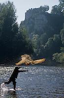 Europe/France/Midi-Pyrénées/46/Lot/Vallée de la Dordogne/Env Lacave: Pêche à l'épervier devant le château de Belcastel - AUTORISATION N°A56<br /> PHOTO D'ARCHIVES // ARCHIVAL IMAGES<br /> FRANCE 1990