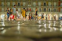 Espagne, Madrid, nuit d'été, passants sur les pavés de la Plaza Mayor // Spain, Madrid, Plaza Mayor, pedestrians at night