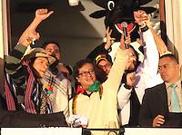 BOGOTÁ -COLOMBIA. 13-12-2013.  Gustavo Petro, Alcalde de Bogotá, Colombia,  destituido por la Procuraduría General de La Nación e inhabilitado por 15 años para ejercer puestos públicos saluda a los miles  de manifestantes que  se congregaron en la Plaza de Bolívar frente al Palacio de Lévano para rechazar la decisión que deja a la capital de Colombia sin gobernante./ Gustavo Petro, mayor of Bogotá, Colombia, dismissed by the Attorney General of the Nation and banned for 15 years from holding public office greets thousands of protesters gathered in the Plaza Bolivar Palace Liévano against the decision to refuse leaves the capital of Colombia without ruling . Photo:  Photo: VizzorImage/ Felipe Caicedo / Staff
