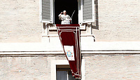 Papa Francesco saluta i fedeli in piazza San Piatro dalla finestra del suo studio durante l'Angelus domenicale, Citta' del Vaticano, 12 novembre, 2017.<br /> Pope Francis waves to faithful during the Sunday Angelus noon prayer from the window of his studio overlooking St. Peter's Square, at the Vatican, on November 12, 2017.<br /> UPDATE IMAGES PRESS/IsabellaBonotto<br /> <br /> STRICTLY ONLY FOR EDITORIAL USE