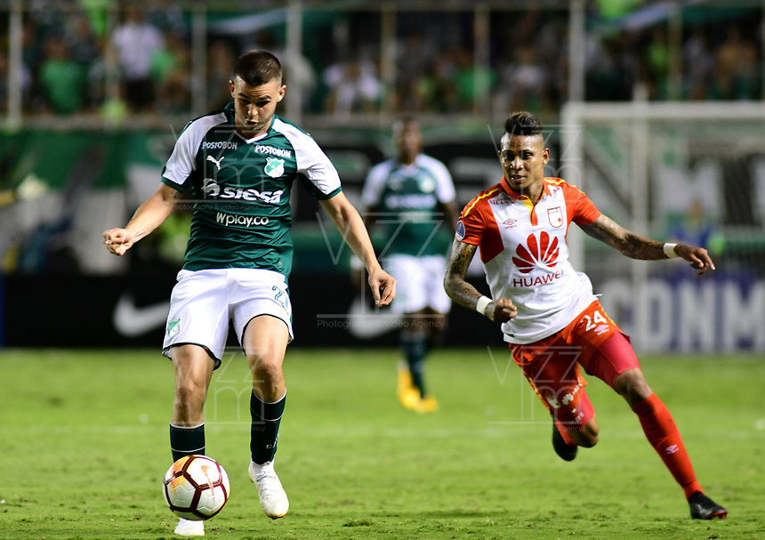 CALI -COLOMBIA ,30-10-2018:Nicolas Benedetti (Izq.) jugador del Deportivo Cali  de Colombia disputa el balón con Arley Rodriguez (Der.) jugador  del Independiente Santa Fe  de Colombia durante partido por los cuartos de final vuelta  de La Copa Conmebol Sudamericana 2018,jugado en el estadio Deportivo Cali  de la ciudad de Palmaseca./Nicolas Benedetti (L) Player of Deportivo Cali of Colombia disputes the ball with Arley Rodriguez (R) player of Independiente Santa Fe  of Colombia during second game for the quarter finals of the Conmebol Sudamericana Cup  2018, played at the Deportivo Cali  stadium in Palmaseca  city. Photo: VizzorImage/ Nelson Rios  / Contribuidor