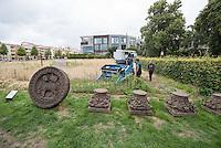 """10 Jahre Roggenernte im ehemaligen Todesstreifen.<br /> Am Donnerstag den 30. Juli 2015 fand auf dem Mauerstreifen an der Kapelle der Versoehnung in der Bernauer Strasse die 10. Roggenernte statt.<br /> Nach biblischem Vorbild wird auf einem Stueck des ehemaligen Todesstreifen Brotgetreide angebaut.<br /> Angeregt durch ein schwedisches Vorbild bei Uppsala entwickelte der Bildhauer und Steinmetz Michael Spengler 2005 die sechs Jahre alte Idee eines Roggenfeldes weiter. Er betonte den starken Bezug des Getreideackers zum Gottesacker.<br /> Thomas Jeutner, Pfarrer der Versoehnungsgemeinde: """"Es steht kein Schild am Rand des Getreidefeldes, das die Kapelle der Versoehnung saeumt. Dass sich hier mitten in der Grossstadt Roggenhalme im Wind wiegen, erklaert sich von selbst: Ein Getreidefeld auf dem ehemaligen Todesfeld. Zeichen des Lebens.""""<br /> Im Vordergrund: Relikte der ehemaligen Versoehnungskirche, die 1985 gesprengt wurde.<br /> 30.7.2015, Berlin<br /> Copyright: Christian-Ditsch.de<br /> [Inhaltsveraendernde Manipulation des Fotos nur nach ausdruecklicher Genehmigung des Fotografen. Vereinbarungen ueber Abtretung von Persoenlichkeitsrechten/Model Release der abgebildeten Person/Personen liegen nicht vor. NO MODEL RELEASE! Nur fuer Redaktionelle Zwecke. Don't publish without copyright Christian-Ditsch.de, Veroeffentlichung nur mit Fotografennennung, sowie gegen Honorar, MwSt. und Beleg. Konto: I N G - D i B a, IBAN DE58500105175400192269, BIC INGDDEFFXXX, Kontakt: post@christian-ditsch.de<br /> Bei der Bearbeitung der Dateiinformationen darf die Urheberkennzeichnung in den EXIF- und  IPTC-Daten nicht entfernt werden, diese sind in digitalen Medien nach §95c UrhG rechtlich geschuetzt. Der Urhebervermerk wird gemaess §13 UrhG verlangt.]"""