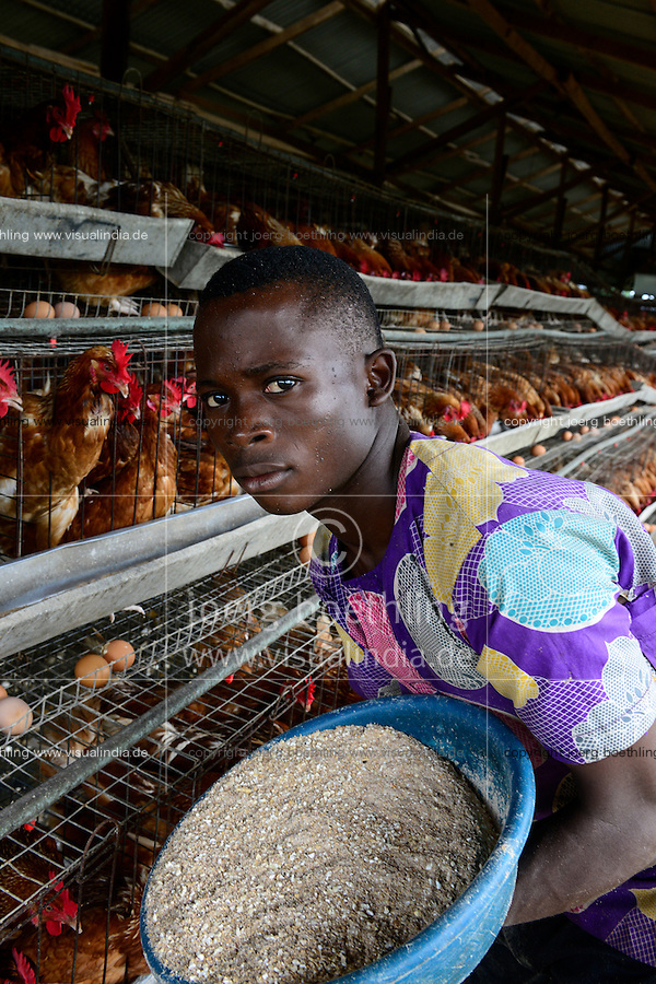 NIGERIA, Oyo State, Ibadan, village Ilora, egg layer hen keeping in cages, feeding with special fodder / Eierproduktion, Legehennenhaltung in Kaefigen, Fuetterung mit Kraftfutter
