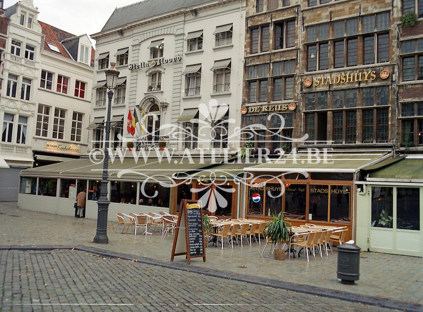 Oktober 2002. Cafés op de Grote Markt in Antwerpen.
