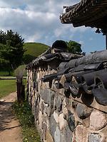 Haus beim Grabhügel Bonghwadae im Noseodong--Park, Gyeongju, Provinz Gyeongsangbuk-do, Südkorea, Asien, UNESCO-Weltkulturbe<br /> House at burial mound Bonghwadae in Noseodong park, Gyeongju,  province Gyeongsangbuk-do, South Korea, Asia, UNESCO world-heritage