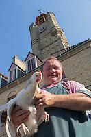 France, Nord (59), Bergues: Jour de marché , marchand de Volailles //  France, Nord, Bergues:  Market Day - Poultry Dealer