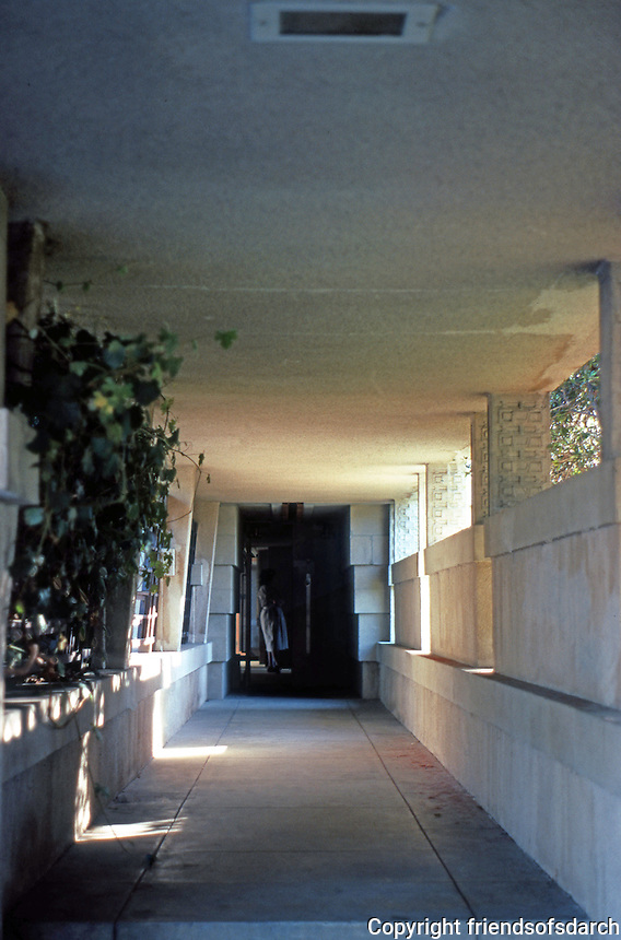 F.L. Wright: Barnsdall House. Entrance.