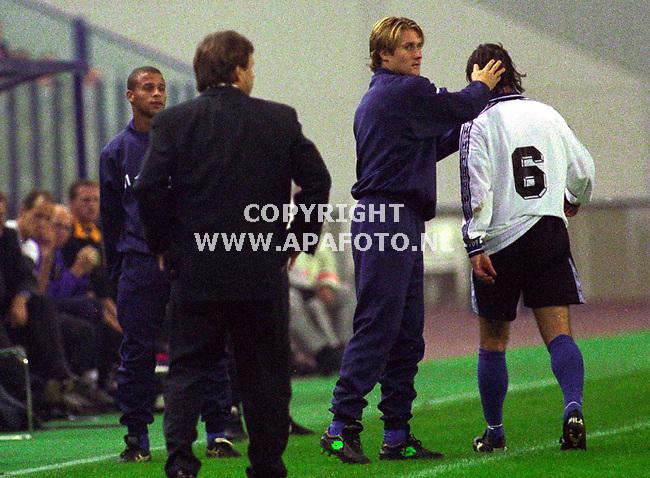 Arnhem,16-10-99  Foto:Koos Groenewold<br />Rob Alflen verlaat teleurgesteld met een rode kaart het veld in de wedstrijd Vitesse-Cambuur.