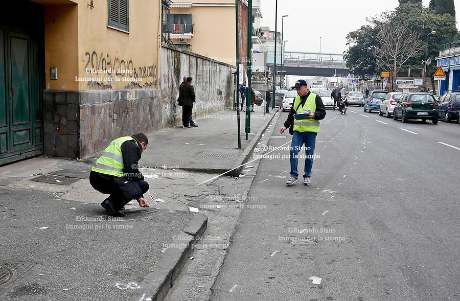 - NAPOLI 17 MAR  2014 -  Un ragazzo di 18 anni è morto in un   incidente stradale  in via Miano alle 4,30 , a Napoli. Il giovane aveva terminato il suo turno di lavoro in un bar di Arzano  e stava rientrando a casa.