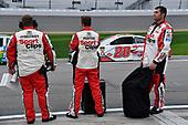#20: Erik Jones, Joe Gibbs Racing, Toyota Camry Sport Clips crew