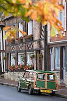 Europe/France/Normandie/Basse-Normandie/14/Calvados/ Pays d'Auge/Beuvron-en-Auge: maisons et voiture à colombage