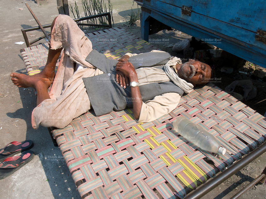 India. Uttar Pradesh state. Allahabad. A man is taking a nap in the early afternoon. Uttar Pradesh (abbreviated U.P.) is a state located in northern India. 27.02.13 © 2013 Didier Ruef