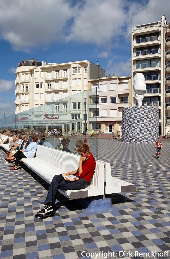 Touristen am Rubensplein (Rubensplatz) in Knokke, Flandern, Belgien