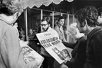 - the newspapers announce the death of the first minister Aldo Moro, killed by the terroristic group Red Brigades after to have it kidnapped (Milan, 1978)....- i giornali annunciano la morte del primo ministro Aldo Moro, ucciso dal gruppo terroristico Brigate Rosse dopo averlo rapito (Milano, 1978)