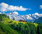 Oesterreich, Tirol, Tuxertal, oberhalb Lanersbach: die Schrofenalm vor den Zillertaler Alpen | Austria, Tyrol, Tuxer Valley, above Lanersbach: alpine pasture hut Schrofenalm and Ziller Valley Alps
