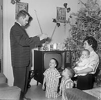 benediction<br /> du 1er de l'an 1964<br /> , par le pere de famille.<br /> <br /> <br /> PHOTO : Agence Quebec Presse<br /> - Photo Moderne