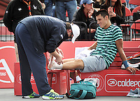BOGOTA – COLOMBIA – 20-07-2014: Bernard Tomic de Australia, recibe atención medica durante partido de la final del Open Claro Colombia de tenis ATP 250, que se realiza en las canchas del Centro de Alto Rendimiento en Altura en la ciudad de Bogota.  / Bernard Tomic of Australia, receives medical attention during a match for the final of the Open Claro Colombia de tenis ATP 250, at Centro de Alto Rendimiento en Altura in Bogota City. Photo: VizzorImage / Luis Ramirez / Staff.