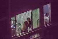 RJ. Rio de Janeiro. 19/03/20 PROTESTO CONTRA BOLSONARO Moradores fazem panelaco e gritam palavras de ordem contra o governo Bolsonaro em predios do bairro das Laranjeiras, zona sul. (Foto: Ellan Lustosa/Codigo 19/Codigo 19)