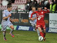 KV Kortrijk - KV Mechelen : Brecht Dejaegere aan de bal voor Anthony Van Loo (links).foto VDB / BART VANDENBROUCKE