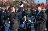 """Vertreter der Lausitzer Kohlereviere protestierten am Donnerstag den 14. November 2019 in Berlin vor dem Kanzleramt fuer eine bessere finanzielle Absicherung beim Ausstieg aus der Kohlefoerderung. Unter anderem forderten sie, dass eine Investitionspauschale fuer die Absicherung des kommunalen Eigenanteils festgeschrieben wird.<br /> Aufgerufen zu dem Protest hatte ein freiwilliges Buendnis der sogenannten """"Lausitzrunde"""".<br /> Im Bild: Unter die Buergermeister und Ortsvorsteher mischten sich auch Abgeordnete der rechtspopulistischen """"Alternative fuer Deutschland, AfD. Hier: Ein AfD-Mitarbeiter filmt die Abgeordneten Leif-Erik Holm (links im Bild) und Jochen Haug (rechts) fuer Propagandezwecke.<br /> 14.11.2019, Berlin<br /> Copyright: Christian-Ditsch.de<br /> [Inhaltsveraendernde Manipulation des Fotos nur nach ausdruecklicher Genehmigung des Fotografen. Vereinbarungen ueber Abtretung von Persoenlichkeitsrechten/Model Release der abgebildeten Person/Personen liegen nicht vor. NO MODEL RELEASE! Nur fuer Redaktionelle Zwecke. Don't publish without copyright Christian-Ditsch.de, Veroeffentlichung nur mit Fotografennennung, sowie gegen Honorar, MwSt. und Beleg. Konto: I N G - D i B a, IBAN DE58500105175400192269, BIC INGDDEFFXXX, Kontakt: post@christian-ditsch.de<br /> Bei der Bearbeitung der Dateiinformationen darf die Urheberkennzeichnung in den EXIF- und  IPTC-Daten nicht entfernt werden, diese sind in digitalen Medien nach §95c UrhG rechtlich geschuetzt. Der Urhebervermerk wird gemaess §13 UrhG verlangt.]"""