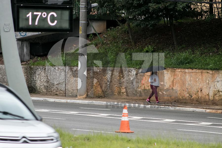 SAO PAULO, SP - 20.06.2017 - CLIMA-SP - Paulistanos enfrentam baixas temperaturas e garoa fina na região de Santo Amaro, zona sul de São Paulo na manhã desta terça-feira (20).<br /> <br /> (Foto: Fabricio Bomjardim / Brazil Photo Press)