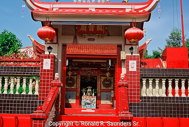 OLD QUAINT CHINESE TEMPLE IN SINGAPORE