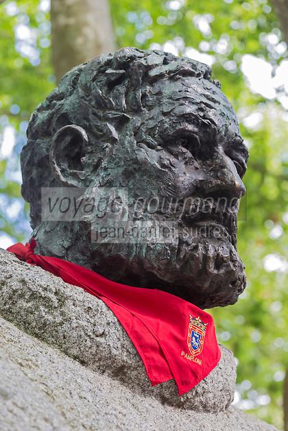 Espagne, Navarre, Pampelune, Fêtes de San Fermín, monument à Ernest Hemingway en face des arènes // Spain, Navarra, Pamplona, Festival of San Fermín, monument to Ernest Hemingway in front of the bull ring //  Spain, Navarre, Pamplona: