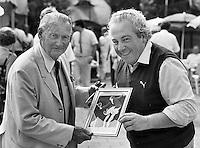 1985, Hilversum, Dutch Open, Melkhuisje, Peer linz laat zijn tenniskunst bewonderen door Henk Timmer