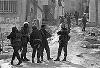 - Israeli soldiers patrol a Palestinian refugee camp....- militari israeliani in pattuglia in un campo profughi palestinese