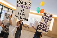 """Mietaktivistinnen und Aktivisten protestierten am Dienstag den 31. Juli 2018 in Berlin mit einem """"Go in"""" bei der staedtischen Wohnungsbaugesellschaft """"Stadt und Land"""" fuer die Ruecknahme von 56 Strafanzeigen gegen die Hausbesetzer vom Pfigstwochenende. Die Aktivisten uebergaben ihre Bitte an die Geschaeftsfuehrung der Wonungsbaugesellschaft, die jedoch ihre Linie gegenueber den Hausbesetzern verteidigte.<br /> Am Pfingswochenende hatten mehrere dutzend Menschen einen Gebaeudekompex von """"Stadt und Land"""" in der Bornsdorfer Strasse im Bezirk Neukoelln besetzt, um gegen den jahrelangen Leerstand zu protestieren.<br /> 31.7.2018, Berlin<br /> Copyright: Christian-Ditsch.de<br /> [Inhaltsveraendernde Manipulation des Fotos nur nach ausdruecklicher Genehmigung des Fotografen. Vereinbarungen ueber Abtretung von Persoenlichkeitsrechten/Model Release der abgebildeten Person/Personen liegen nicht vor. NO MODEL RELEASE! Nur fuer Redaktionelle Zwecke. Don't publish without copyright Christian-Ditsch.de, Veroeffentlichung nur mit Fotografennennung, sowie gegen Honorar, MwSt. und Beleg. Konto: I N G - D i B a, IBAN DE58500105175400192269, BIC INGDDEFFXXX, Kontakt: post@christian-ditsch.de<br /> Bei der Bearbeitung der Dateiinformationen darf die Urheberkennzeichnung in den EXIF- und  IPTC-Daten nicht entfernt werden, diese sind in digitalen Medien nach §95c UrhG rechtlich geschuetzt. Der Urhebervermerk wird gemaess §13 UrhG verlangt.]"""
