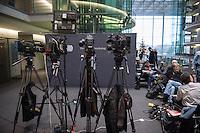 2. NSU-Untersuchungsausschuss des Deutschen Bundestag.<br /> Aufgrund vieler Ungeklaertheiten und Fragen sowie vielen neuen Erkenntnissen ueber moegliche Verstrickungen verschiedener Geheimdienste in das Terror-Netzwerk Nationalsozialistischen Untergrund (NSU) wurde von den Abgeordneten des Bundestgas ein zweiter Untersuchungsausschuss eingesetzt.<br /> Am Donnerstag den 17. Dezember fand die 1. oeffentliche Sitzung des 2. NSU-Untersuchungsausschuss des Deutschen Bundestag statt.<br /> Im Bild: Journalisten warten auf die Pressestatements der Ausschussmitglieder.<br /> 17.12.2015, Berlin<br /> Copyright: Christian-Ditsch.de<br /> [Inhaltsveraendernde Manipulation des Fotos nur nach ausdruecklicher Genehmigung des Fotografen. Vereinbarungen ueber Abtretung von Persoenlichkeitsrechten/Model Release der abgebildeten Person/Personen liegen nicht vor. NO MODEL RELEASE! Nur fuer Redaktionelle Zwecke. Don't publish without copyright Christian-Ditsch.de, Veroeffentlichung nur mit Fotografennennung, sowie gegen Honorar, MwSt. und Beleg. Konto: I N G - D i B a, IBAN DE58500105175400192269, BIC INGDDEFFXXX, Kontakt: post@christian-ditsch.de<br /> Bei der Bearbeitung der Dateiinformationen darf die Urheberkennzeichnung in den EXIF- und  IPTC-Daten nicht entfernt werden, diese sind in digitalen Medien nach §95c UrhG rechtlich geschuetzt. Der Urhebervermerk wird gemaess §13 UrhG verlangt.]