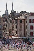 Europe/France/Aquitaine/64/Pyrénées-Atlantiques/Pays-Basque/Bayonne: Courses de vaches lors de Fêtes de Bayonne - Rue Pannecau et  flèches de la  Cathédrale Sainte-Marie