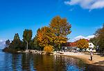 Deutschland, Bayern, Herbst im Chiemgau, bei Uebersee-Feldwies: kleine, idyllische Bucht beim Seewirts Strandhaus | Germany, Bavaria, Chiemgau, near Uebersee-Feldwies: idyllic bay near restaurant Seewirts Strandhaus