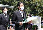 August 15, 2020, Tokyo, Japan - Japanese Prime Minister Shinzo Abe holds a flower bouquet to offer for war victims at the Chitorigafuchi National Cemetery in Tokyo on Saturday, August 15, 2020. Japan marked the 75th anniversary of its surrender of World War II.        (Photo by Yoshio Tsunoda/AFLO)