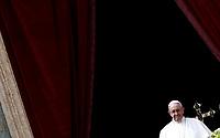 """Papa Francesco saluta i fedeli dopo aver pronunciato il messaggio """"Urbi et Orbi"""" (alla città e al mondo) dalla loggia centrale della Basilica di San Pietro. Città del Vatican, 1 aprile 2018. <br /> Pope Francis waves after delivering his """"Urbi et Orbi"""" (to the city and the world) message from the central loggia overlooking St. Peter's Square at the Vatican, on April 1 2018.<br /> UPDATE IMAGES PRESS/Isabella Bonotto<br /> <br /> STRICTLY ONLY FOR EDITORIAL USE"""