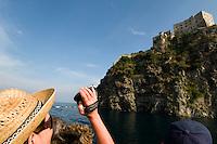 Ausflugsboot vor Castello Aragonese in Ponte, Ischia, Italien