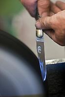 Europe/France/Midi-Pyrénées/12/Aveyron/Aubrac/Laguiole: Fabrication d'un Couteau de Laguiole à la Manufacture de Couteaux:  Forge de Laguiole _Montage d'un Couteau de Laguiole - Polissage de la lame