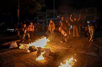 ARMENIA - COLOMBIA, 28-04-2021: Manifestantes queman basura para bloquear las calles de la ciudad de Armenia durante la jornada del Paro nacional en Colombia hoy, 28 abril de 2021, para protestar por la reforma tributaria que adelanta el gobierno de Ivan Duque además de la precaria situación social y económica que vive Colombia. El paro fue convocado por sindicatos, organizaciones sociales, estudiantes y la oposición. / Protesters burn trash to block the streets of the city of Armenia during the day of the national strike in Colombia today, April 28, 2021, to protest the tax reform carried out by the government of Ivan Duque in addition to the precarious social and economic situation that Colombia is experiencing. The strike was called by unions, social organizations, students and the opposition in Colombia. Photo: VizzorImage / Santiago Castro / Cont