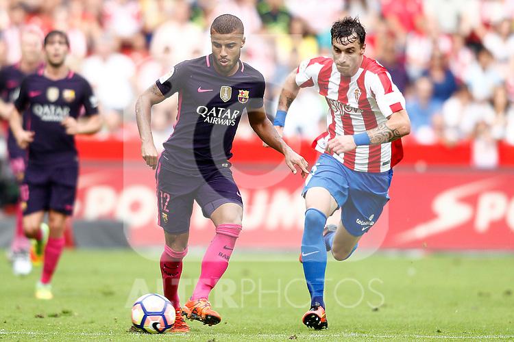 Sporting de Gijon's Fernando Amorebieta (r) and FC Barcelona's Rafinha Alcantara during La Liga match. September 24,2016. (ALTERPHOTOS/Acero)