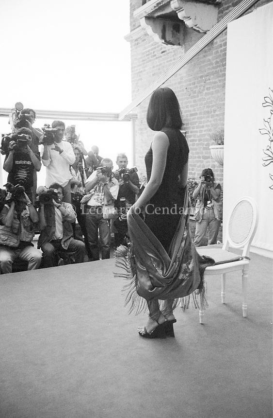 Asia Argento, è un'attrice, regista, sceneggiatrice, scrittrice, personaggio televisivo e cantante italiana, attiva sia nel cinema italiano, sia in quello internazionale. Lido, 10 settembre 1998. Photo by Leonardo Cendamo/Getty Images
