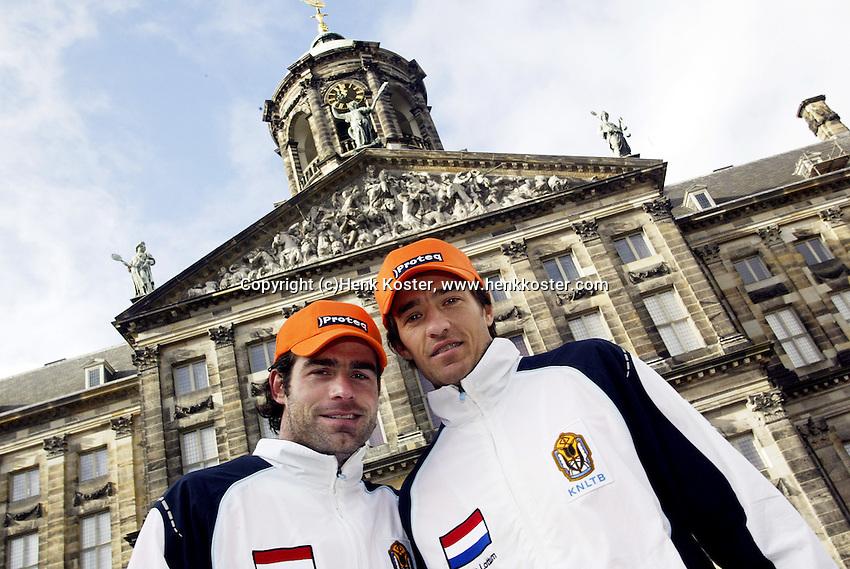 9-2-06, Netherlands, tennis, Amsterdam, Daviscup.Netherlands Russia, Draw, Raemon Sluiter and John van Lottum in front of tee Royal Paliace
