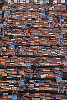 Container Terminal Altenwerder: EUROPA, DEUTSCHLAND, HAMBURG 01.03.2013 Container Terminal Altenwerder ist  Hamburgs modernster Container Umschlagplatz. Das Container handling funktioniert  teilautomatisc. Zu sehen ist der Abstellplatz vom Schiff auf die Strasse oder Bahn.