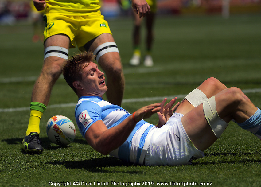 Matias Osadczuk scores for Argentina during the men's pool match against Australia. Day one of the 2020 HSBC World Sevens Series Hamilton at FMG Stadium in Hamilton, New Zealand on Saturday, 25 January 2020. Photo: Dave Lintott / lintottphoto.co.nz