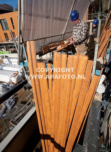 Arnhem, 041111<br /> Op de gevels van appartementencomplex Zwaluwpark worden vurehouten panelen aangebracht.<br /> Foto: Sjef Prins - APA Foto