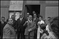 7 Juillet 1969. Vue de Madame et Monsieur Pompidou dans un bain de foule à la sortie de la mairie de Cajarc.