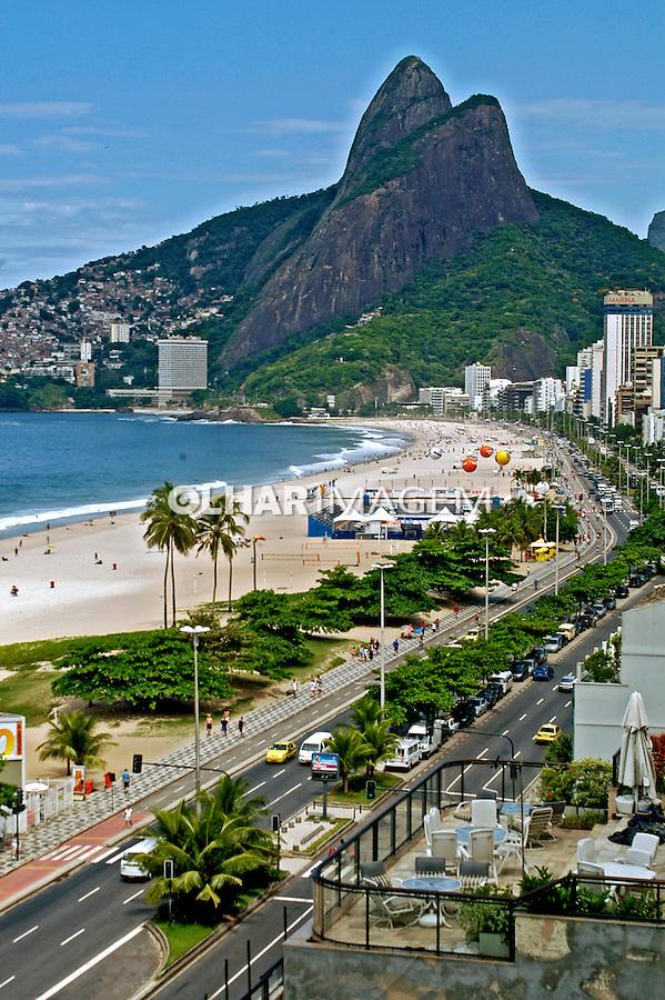 Praia do Leblon, Avenida Delfim Moreira e Morro Dois Irmãos. Rio de Janeiro. 2006. Foto de Luciana Whitaker.