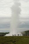 Lla grande sources jaillissantes de Geysir. IslandeLe Strokkur jaillit toutes les cinq minutes a plus de 30 m de haut pour la plus grande joie des touristes. Le grand Geysir qui donna son nom a ce curieux phenomene geologique dans le monde entier se fait désormais tirer l'oreille pour jaillir apres plusieurs siecles d'activite. Venue des entrailles de la Terre, l eau sous pression s echauffe lentement jusqu'à 102-103 C puis une gigantesque bulle bleue se forme et explose en une puissante colonne d eau. .
